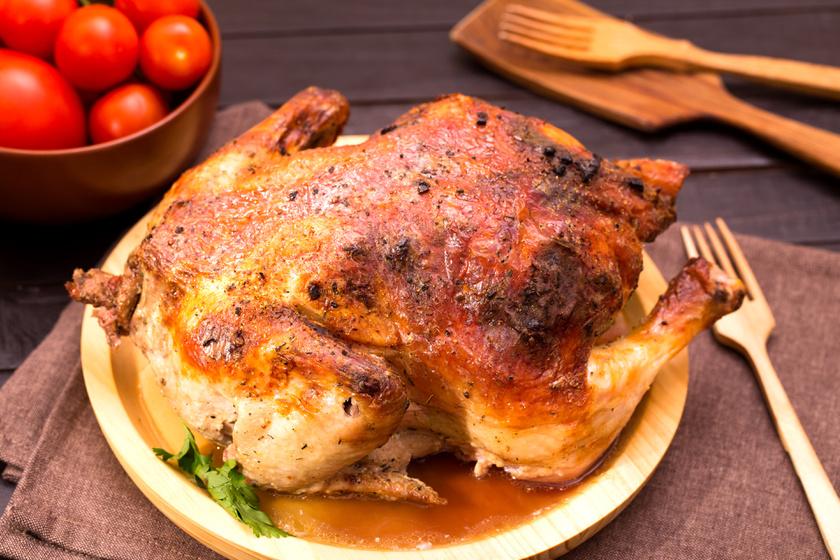 Egészben sült, fűszervajas csirke: kívül ropogós, belül omlós