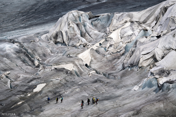 A gleccserolvadás megfékezésére óriási takarókkal borították be a Rhone-gleccser barlangjának a bejáratát és környékét a svájci Uri kantonban a Furka-hágó közelében 2017. június 24-én.
