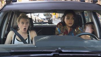 Mila Kunis egy sebváltós kocsival küzd Budapesten