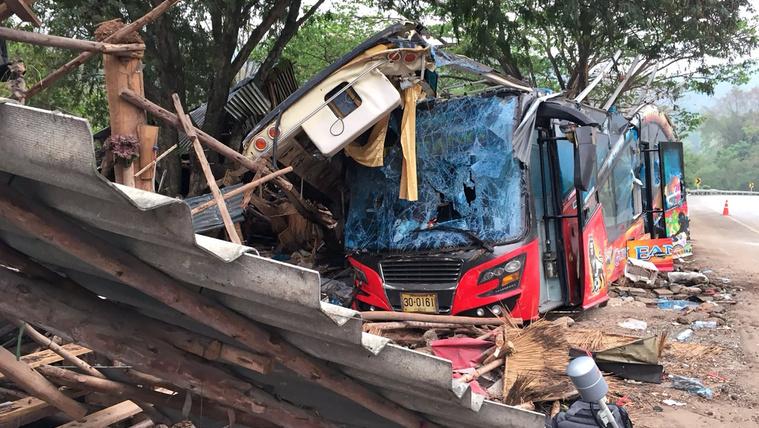 Elszabadult egy busz Thaiföldön, 18 halott