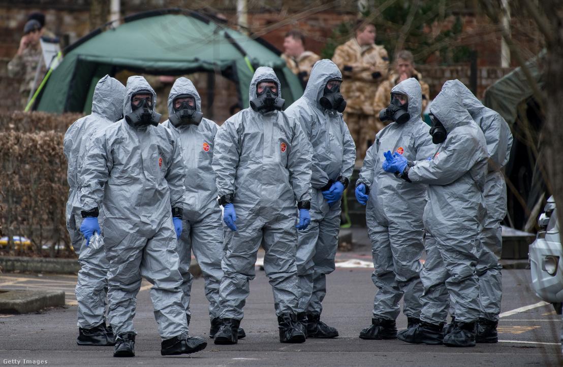 Vegyvédelmi ruhában helyszínelnek Salisburyben, ahol Szergej Szkripalt és lányát idegméreggel támadták meg