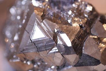 Gyönyörűséges pirit, azaz köbös rendszerben kristályosodó, kockákat, dodekaédereket alkotó vas-szulfid kristály. Színe miatt előszeretettel hívták régen a bolondok aranyának.