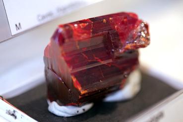 A realgár (AsS, arzén-szulfid), fényre érzékeny, könnyen bomlik, ezért fekete doboz alatt tartják, hogy megőrizhesse rubinthoz hasonló mélyvörös színét.