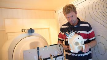Sisakos agyszkennert terveztek brit kutatók