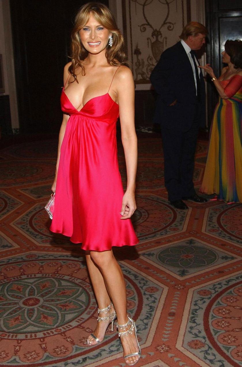 Ez az egyszerű, laza ruha elég sokat mutat Melania Trump kebleiből.