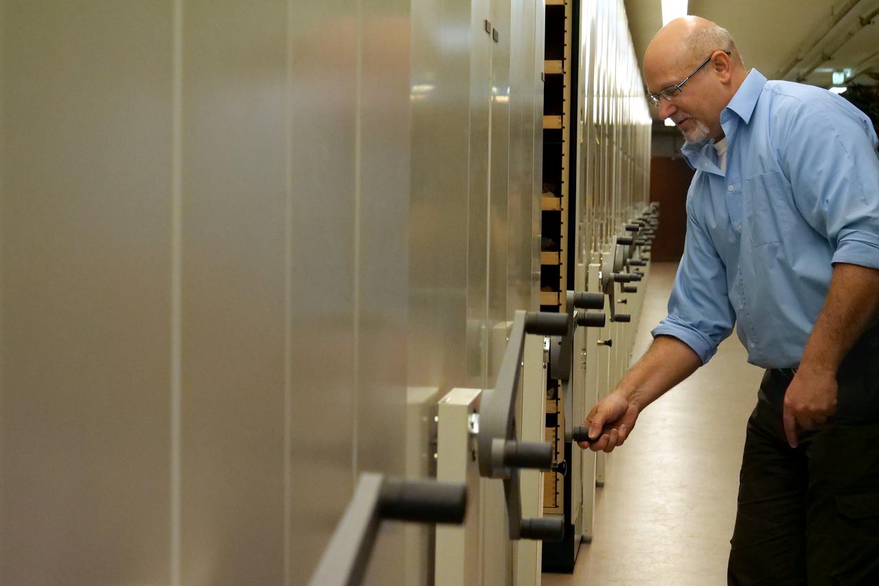 Gasparik Mihály, a múzeum paleontológusa kinyitja az őslénytani gyűjtemény kincsestárát.