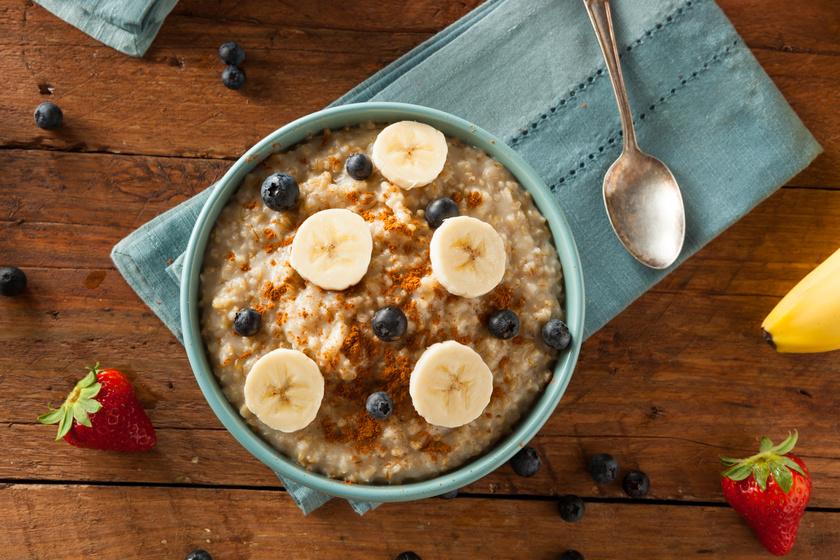 Zabkása fehérjeporral: főzz meg 40 gramm zabpelyhet kétszer ennyi mennyiségű magtejben vagy vízben. Forrald fel közepes lábosban, majd vedd le alacsony fokozatra, és fedő alatt hagyd főni nagyjából öt percig, vagy, míg a szemek megpuhulnak. Keverj hozzá 30 gramm fehérjeport, hagyd hűlni, és pakold meg a tetejét banánnal vagy bogyós gyümölccsel.