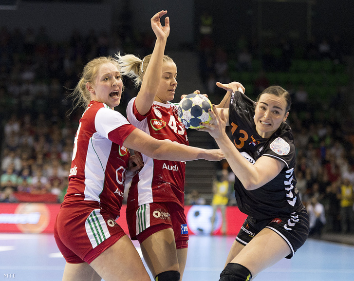 Kovacsics Anikó (k), valamint a holland Kelly Dulfer (b) és Cornelia Groot (j) a női kézilabda Európa-bajnoki selejtező 3. fordulóján játszott Magyarország - Hollandia mérkőzésen