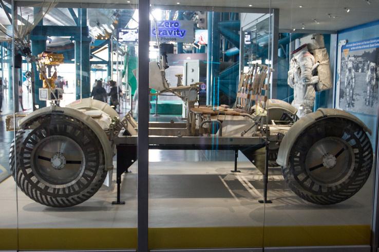 Egy erősen magyar kötődésű kiállítási tárgy, egy LRV, azaz holdjáró. Ez persze csak egy másolat, a három példány, amit a Holdra küldtek, ott is maradt