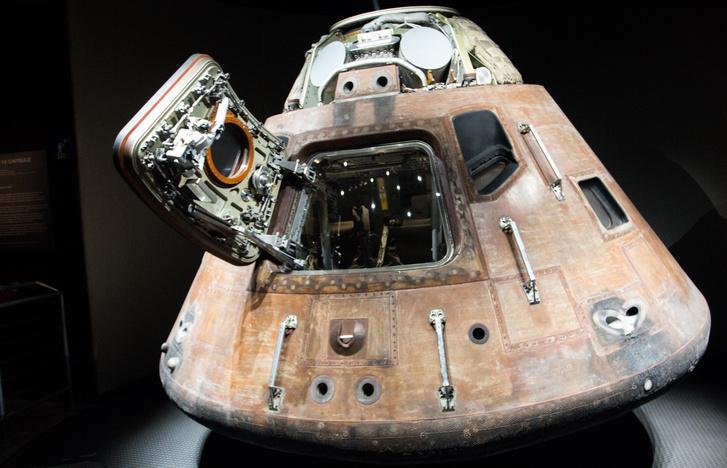 Az Apollo–14 parancsnoki modulja. Megtisztítva ugyan, de nagyjából abban az állapotban, ahogy kiemelték az óceánból