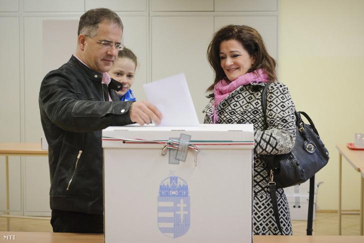 Kósa Lajos a Fidesz ügyvezető alelnöke Debrecen polgármestere felesége Porkoláb Gyöngyi leadja szavazatát az országgyűlési képviselő-választáson 2014. április 6-án.