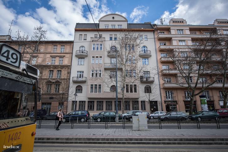 Bartók Béla út 28. Nemes Nagy Ágnes egykori otthona. Ebben az épületben működött a Hadik penzió is