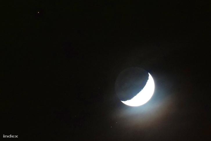 Balra fölül az Aldebaran, jobbra alul a Hold elő bekúszó vékony fátyolfelhők mindeközben szépen irizáltak