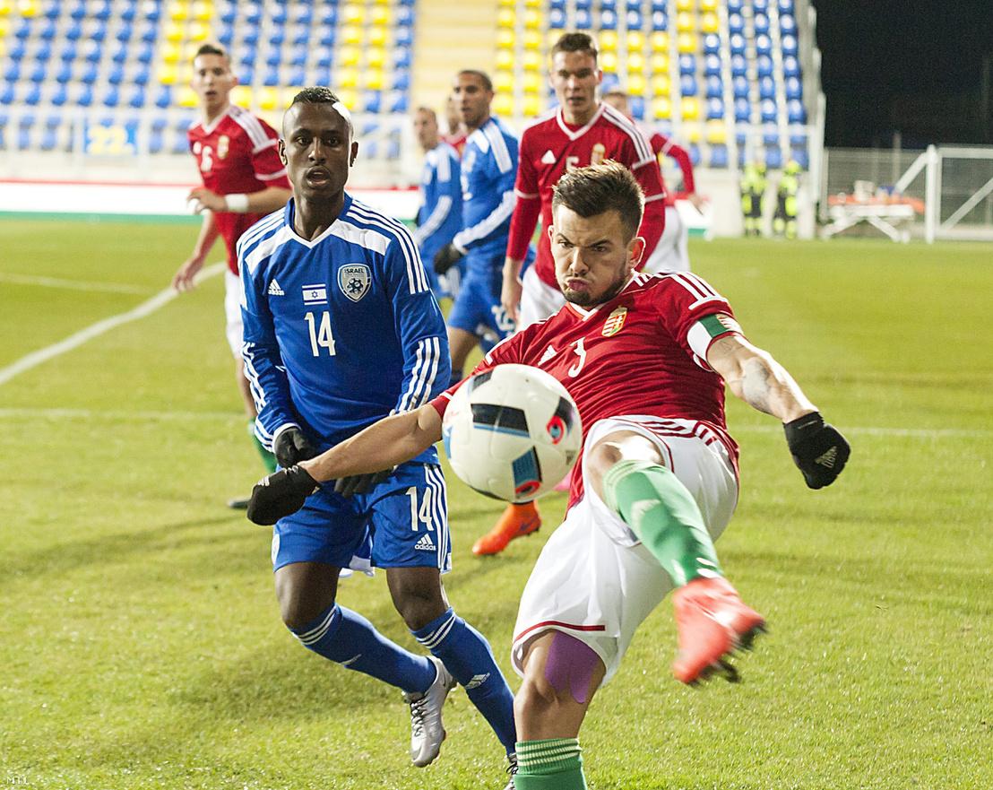 Az izraeli Gadi Kinda és Hangya Szilveszter a Magyarország - Izrael U21-es Európa-bajnoki selejtező mérkőzésen 2016. március 24-én.