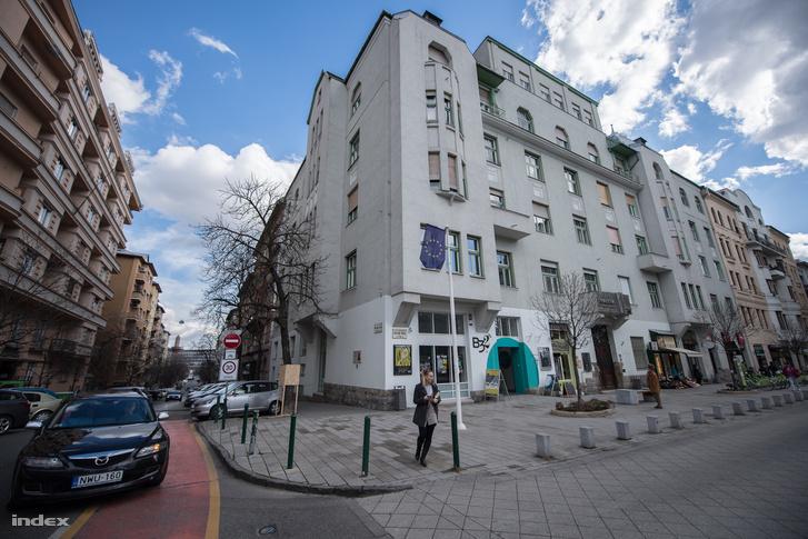 A Bartók Béla út 32-ben működött egykor a híres Guller tánciskola, illetve 1914 és 1949 között a Nap mozi