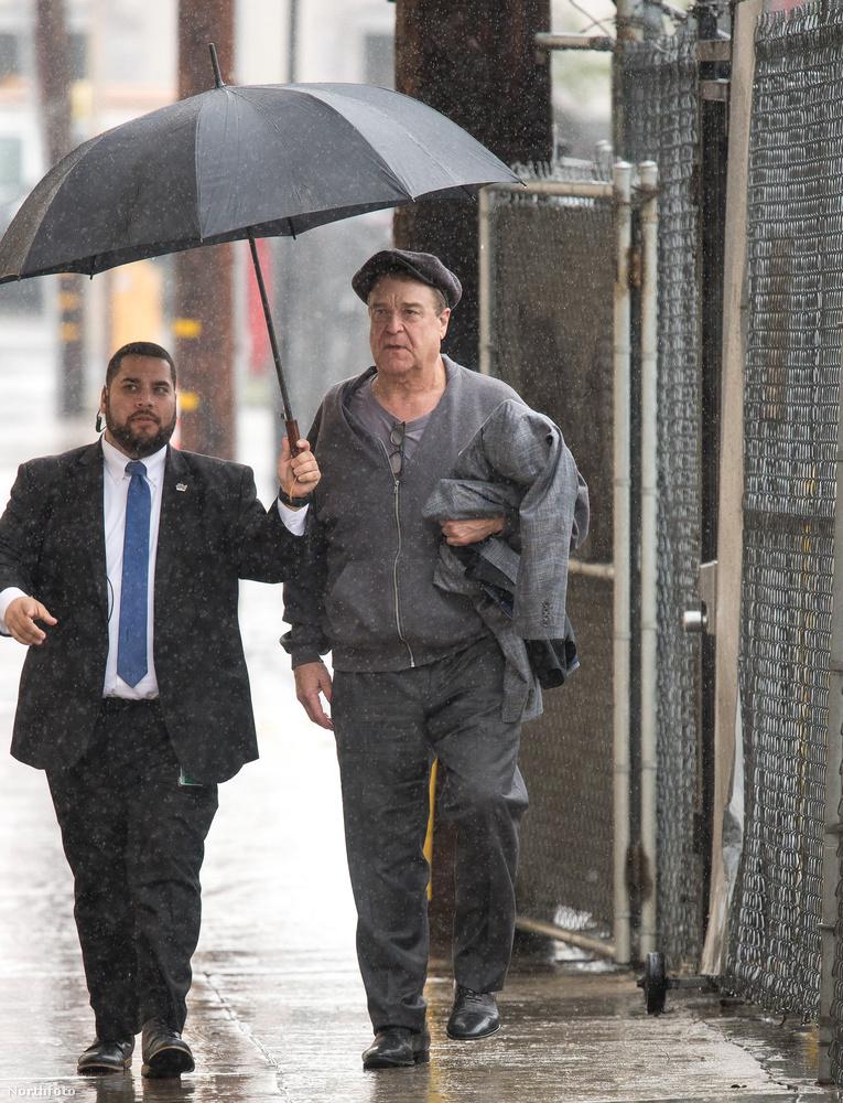 Ám a legstílusosabb mind közül John Goodman volt, aki a testőrét izzította arra, hogy tartsa neki az esernyőt