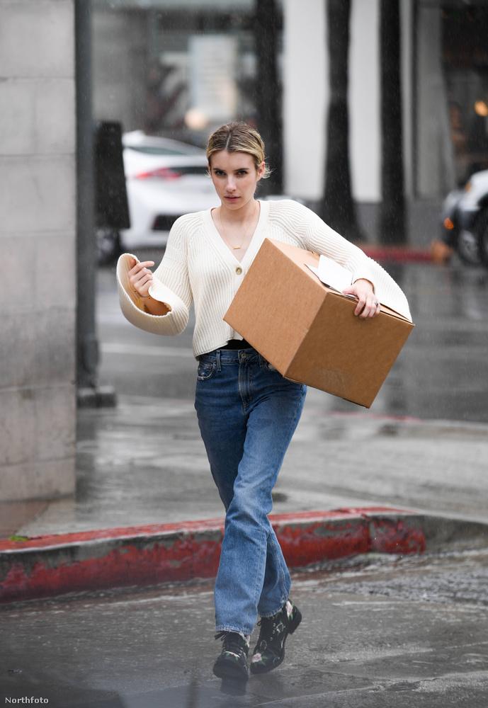...Emma Roberts pedig csomagot vett át.