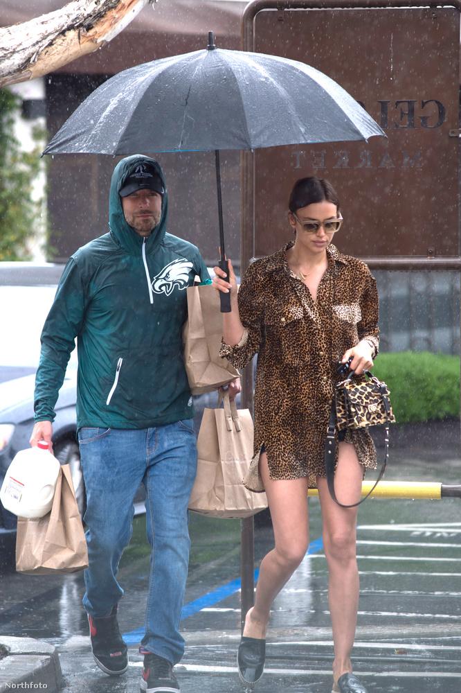 Vele ellentétben a férfi, akivel volt (talán a párja,Bradley Cooper lehet), az esőkabátosok és minél jobban felöltözők csoportját erősíti, ha az égből víz hullik.