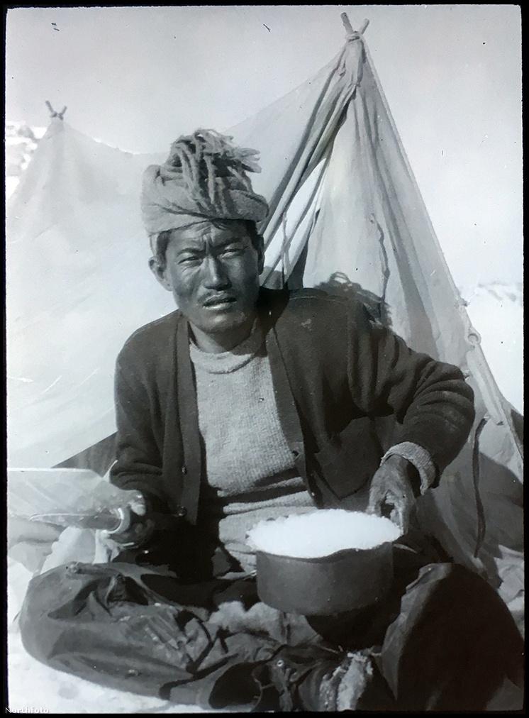 Egy serpáról készült fotó. A csúcstámadással ketten próbálkoztak. Nima Dorje nagyjából 7600 méteren lett rosszul, őt visszafordították. A csúcsra fel is jutó Lewa súlyos fagyási sérüléseket szenvedett, mind a tíz lábujjának lefagytak az utolsó percei. Később őt kórházba is vitték.