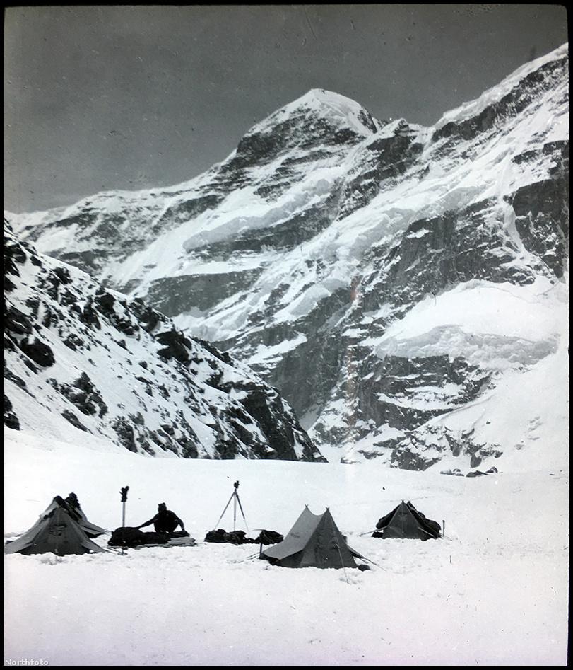 A Kamet a Föld 29. legmagasabb csúcsa, és a hétezresek közül az egyik legnehezebben megmászhatónak tartják ma is. Először 1855-ben próbálták meg elérni, majd a huszadik század elején egymást követték az expedíciók, de hiába próbákoztak különböző útvonalakkal megszállottan a hegymászók, mindegyik kísérlet kudarcba fulladt az 1931-ig. Az egyik nehézséget a Kamet elzártsága okozta, már a megközelítése is rengeteg energiát igényelt, nagyjából háromszáz kilométert kellett gyalogolni a csúcstámadás előtt.