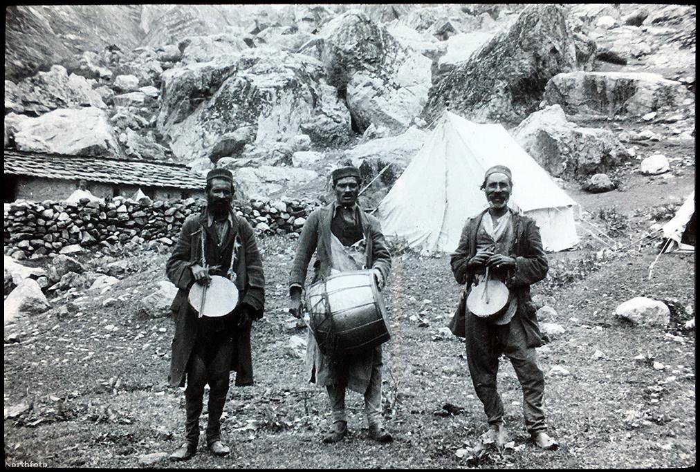 A brit expedícióvezető tanulmányozta elődei kísérletét is, ezekből tanulva is építette fel a saját taktikáját. Úgy találta, hogy a 1910-es években próbálkozó Charles Francis Meade mindig túl gyorsan akart feljutni, nem hagyott időt csapatának az akklimatizációra. Másokat pedig vagy a monszun zavart le a hegyről, mert túl sok időt töltöttek nagy magasságban, vagy kimerülten nem megfelelő felszerelésük és ellátmányuk miatt kényszerültek idő előtt visszafordulni. Smythe jól megtervezte az expediciót, a monszun előtti időszakra, júniusra tette a dátumot. Már csak azért is, mert a Kamet közelében lévő völgyekbe ebben az időszakba tértek vissza a nomád pásztorok, akiktől az élelemük utánpótlását remélték.