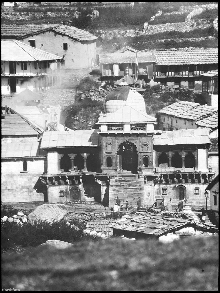 Smythe egyik cikkében azt írta, a Kametet azért is nézték ki maguknak, mert a Himalája egyik olyan magas csúcsának tűnt, ami meghódítható és ezzel sikerélményt ad, de már azzal is számolt, hogy az expedíciójában résztvevőkkel később a Mount Everestet is sikeresen ostromolhatja. Útjuk során sok nepáli településen is áthaladtak.
