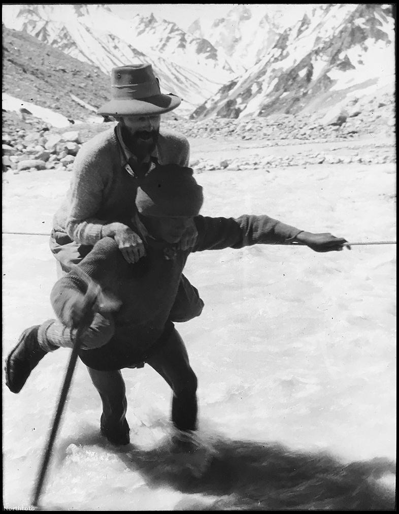 Az expedíció sok serpát alkalmazott, de a nehéz körülményekre közülük sem mindenki volt felkészülve, a Kametre mászva kénytelen voltak többet visszafordítani. A brit alpinisták, akik a fotó szerint nem mindig szerettek átlábalni a folyokón, körülbelül 10 kilónyi terhet magukra vettek a táborlánc kiépítésénél.