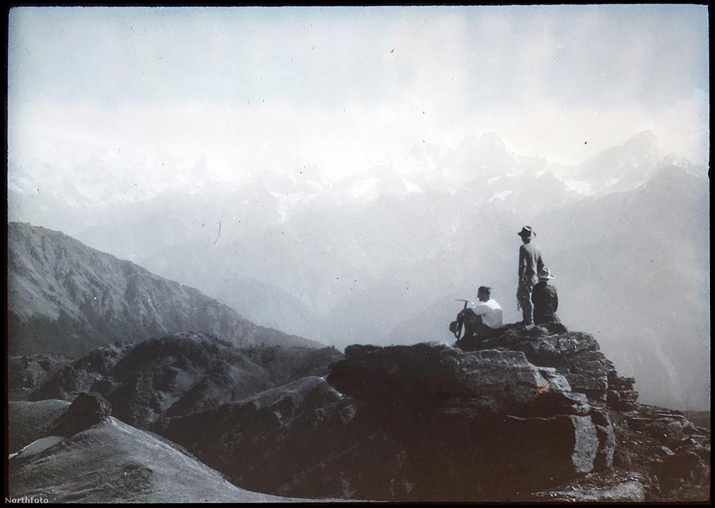 A csapat június 5-én ért el a Raikana-gleccserre, ahol aztán az alaptábort is kiépítették. A csúcstámadás előtt öt további tábort alakítottak ki, miközben a csapat létszámra egyre csak apadt. Több hordár nem bírta a magalati levegőt, inkább leküldték őket a hegyről. Az egyes, kettes és hármas táborok között élén forgalom indult meg, feltöltötték az élelmiszerkészleteket, kihelyezték a mászást segítő köteleket és hozták-vitték az információkat. Később ezt a rendszert tartották a sikeres csúcstámadás kulcsának.