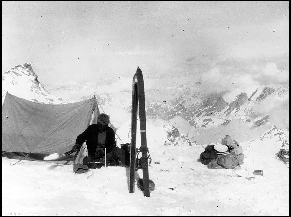 """""""Az ereszkedés a havas lejtőn még rosszabb volt, mint felfelé mászni. Részben azért, mert már nagyon fáradtak voltunk, részben azért, mert a puha hó gonoszan megfagyott. Törékeny kéreg alakult ki, a tömör hó lehetetlenül keménnyé fagyott, veszélyesen csúszott"""" – írta Smythe."""