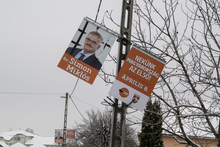 Rácsokat ragasztott a fideszes országgyűlési-jelölt plakátaira Orosz Mihály Zoltán, mondván úgyis börtönbe kerül
