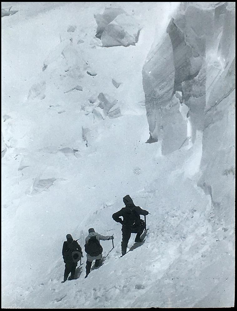A csúcsra június 21-én indultak el az ötös táborból,  nyolc és fél órányi mászás után értek fel, az utolsó, százméteres emelkedés készítette ki őket legjobban, a merek Smythe-t is elérte hegyi betegség, lábai elgyengültek, szédülni kezdett. az utolsó métereknél a serpát, Lewát engedték előre. Így akarták meghálálni erőfeszítéseit.
