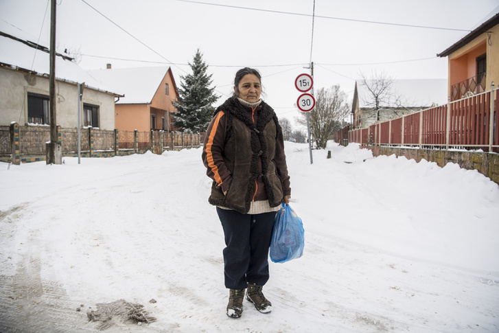 Egy helyi asszony portréja a faluban