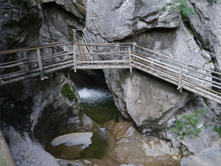 Rengeteg a kisebb-nagyobb zuhatag, néhány helyen tekintélyes vízeséssel is lehet találkozni.