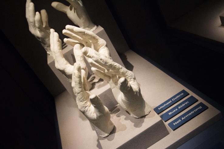 Az Apollo–11 három űrhajósának kézmintája. A két közelebbi mintán a Holdra lépő első két ember keze
