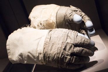 Buzz Aldrin kesztyűje. A második Holdra lépő ember ezt használta az Apollo 11-es holdsétájának gyarkolásához