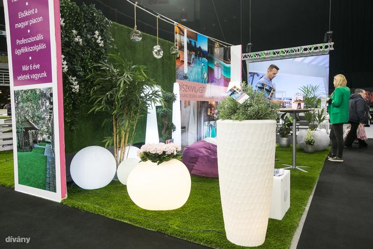 Egyébként ez a világítós koncepció most nagyon megy, ugyanis szintén világító virágtartókat vagy egyéb kerti díszeket is lehet venni