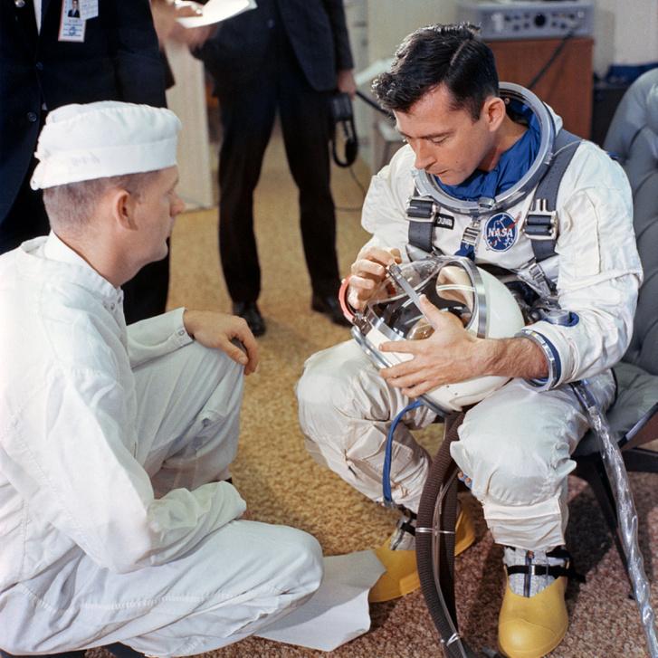 Young a sisakját ellenőrzi a Gemini-3 küldetésre készülve (a szendvics ekkor már lehet hogy ott lapul űrruhája egyik zsebében)