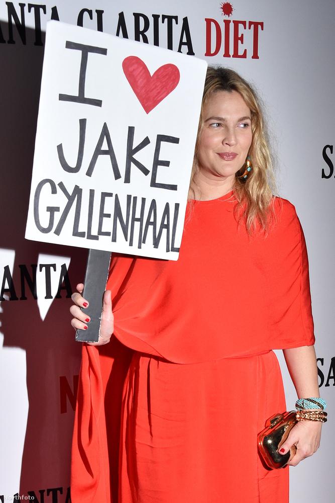 """A dologban az a vicces, hogy a celebek közötti viszályokat köztudottan zabálja a nép, szóval Barrymore nem véletlenül ment bele ebbe a pulykaherés játékba, hiszen (a menedzsere) jól tudta előre, hogy új sorozatának nagy hírverést fog csapni, ha Barrymore-t úgymond akaratán kívül """"rákényszerítik"""", hogy beszóljon egy másik hírességnek"""