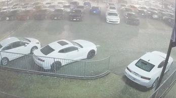 Így tesz tönkre másodpercek alatt több száz új autót a jégeső