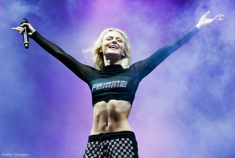 Hasonlóan öltözött fel a Lollapalooza egyik fellépője is, a svéd Zara Larsson.