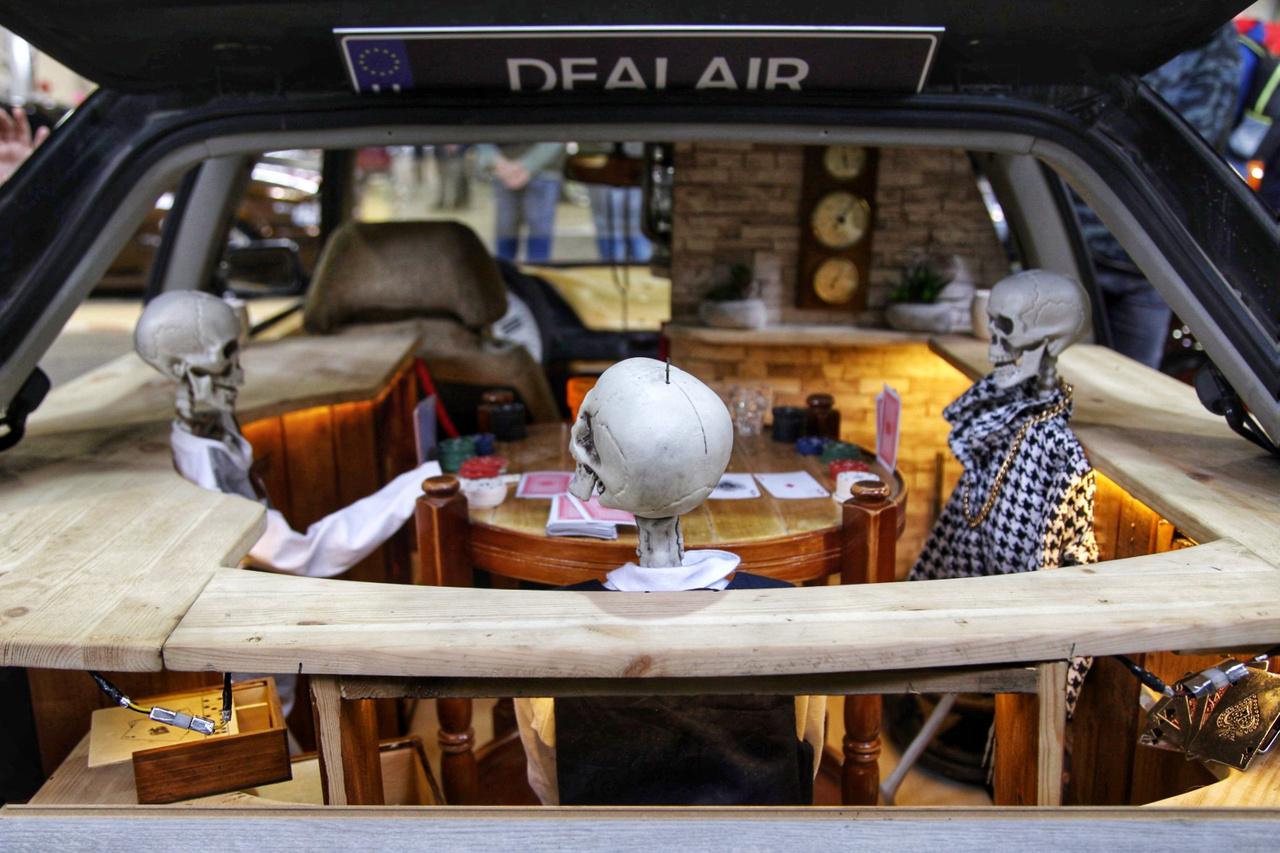Hülye szójáték nr 1. A Dealair Garage csapat egyik ötletes, igényes és vicces installációja. Pókerszoba, fa és téglaburkolat a beltérben