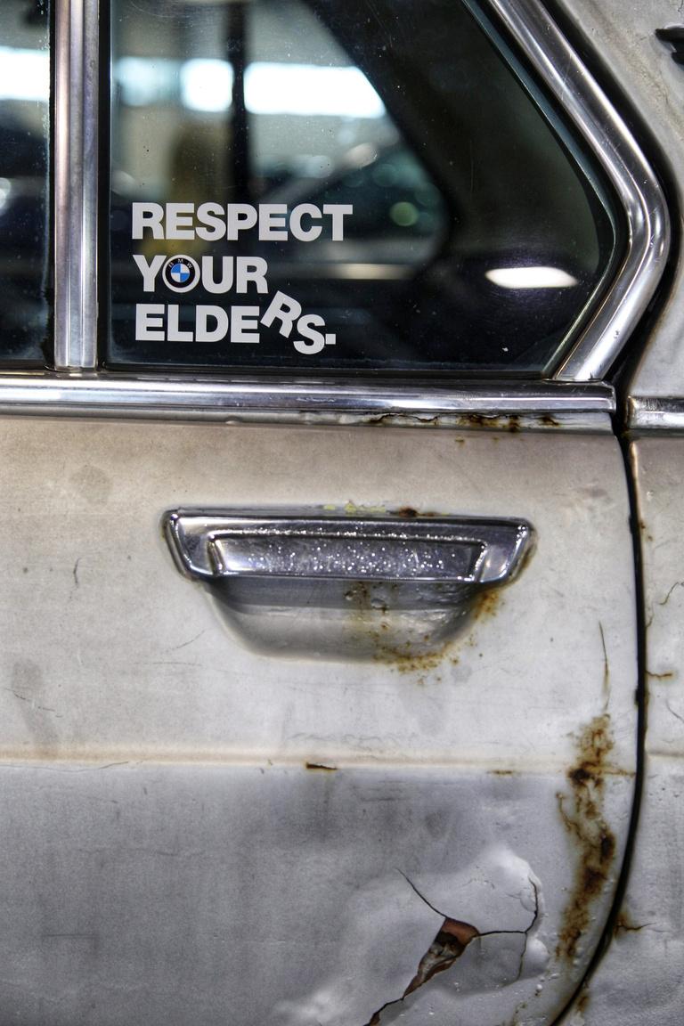 Ezen az öreg BMW-n pont minden látszik, csak a tisztelet nem, bár a patkány stílushoz mesésen passzol, humornak sincs híján