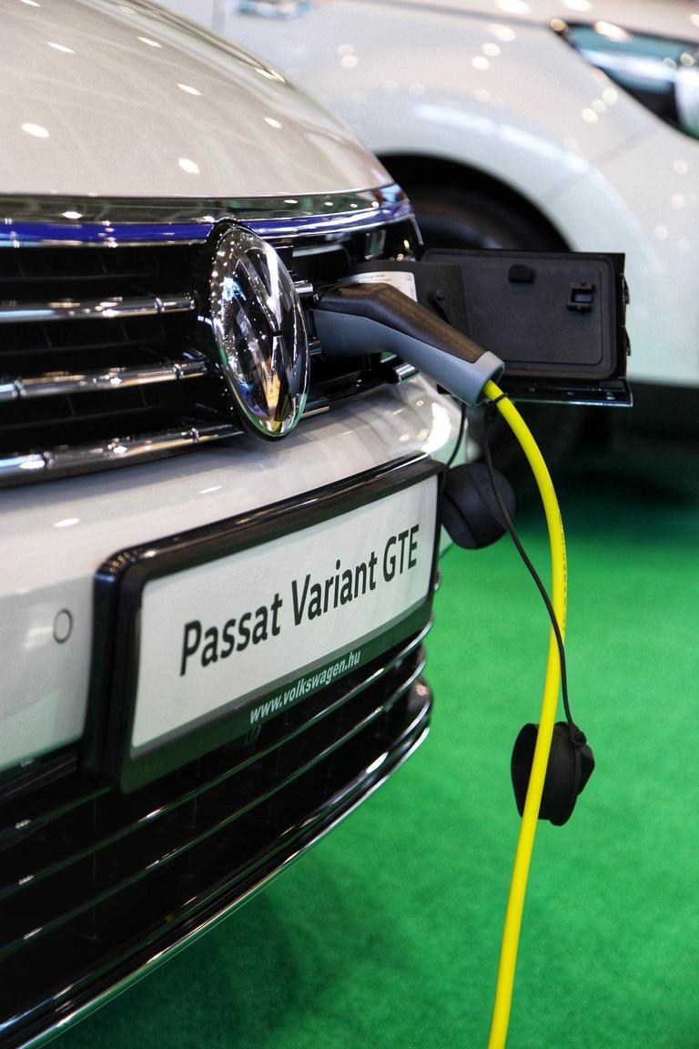 Ha tetszik, ha nem, a jövő erre mutat.  Az elektromos autók a AMTS-en is komoly szerepet kaptak. Már a Passat kombit is hálózati töltőre lehet dugni, így legalább csak az erőművek környékén pusztul jobban a természet, nem a belvárosban