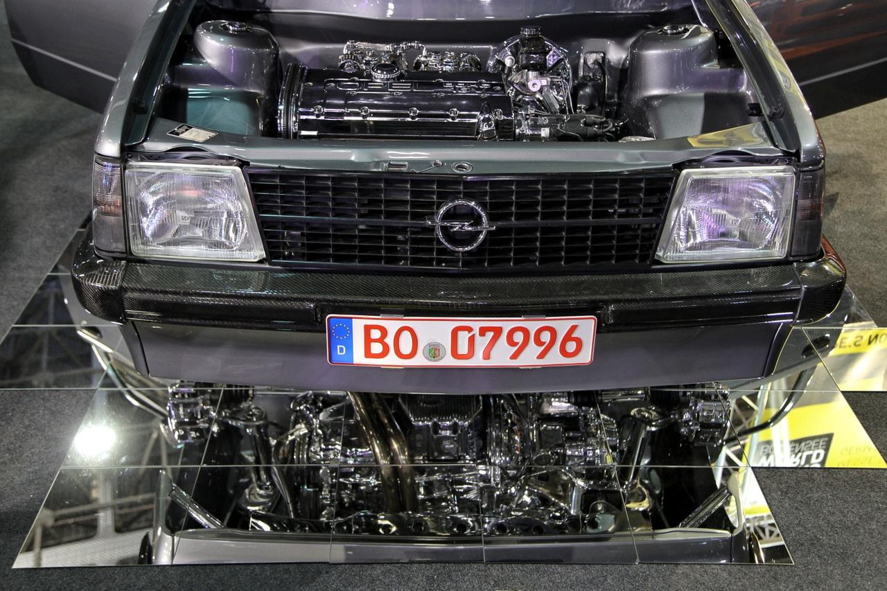 Utcán sem nagyon látni már ilyen öreg Opel Kadett D-t, itt pedig új, csodás életre keltettek egy példányt. Érdemes egy pillantást vetni a motor alulnézetére is a tükrös felületen