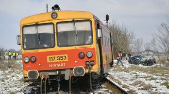 Kisiklott a debreceni vonat egy szabálytalan autó miatt