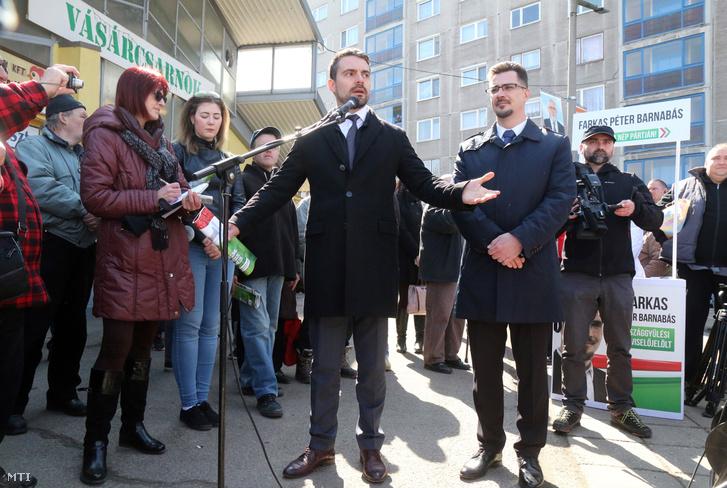 Vona Gábor a Jobbik miniszterelnök-jelöltje és Farkas Péter Barnabás a párt országgyűlésiképviselő-jelöltje utcafórumot tart Ózdon a városi piacon 2018. március 24-én.