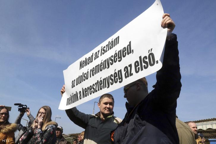 Tiltakozók transzparenssel a Jobbik ózdi utcafórumán