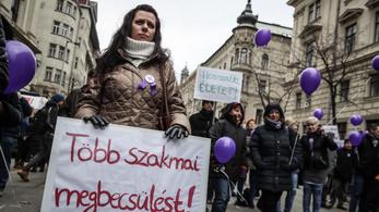 Béremelésért tüntetnek az egészségügyi dolgozók a Kossuth téren