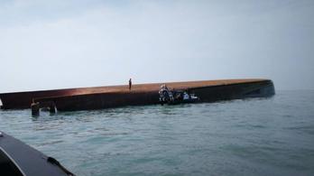 Két matrózt is élve húztak ki a négy napja felborult hajóból