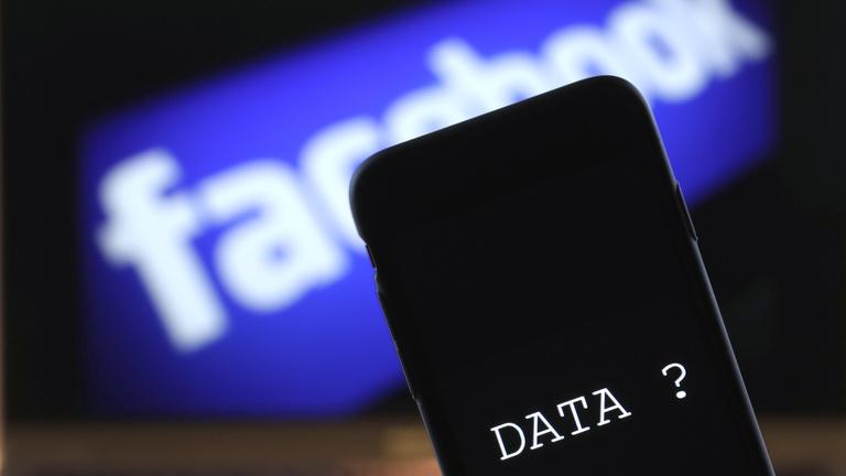 Teljes híváslistát ment le a Facebook a mobilokról